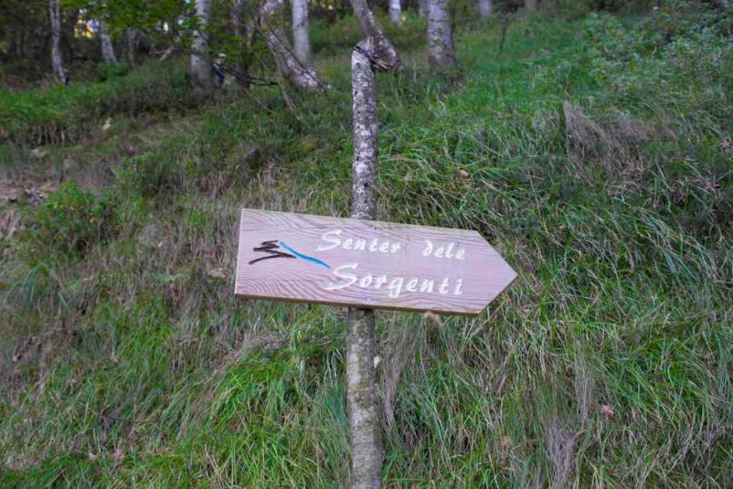 cartello del sentiero delle sorgenti