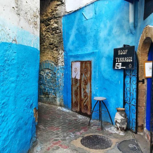 vietta colorata di blu a essaouira