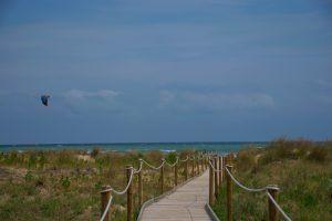 Per l'articolo un anno in viaggio di momondo veduta di punta aderci con passerella in legno sulla spiaggia sullo sfondo il mare