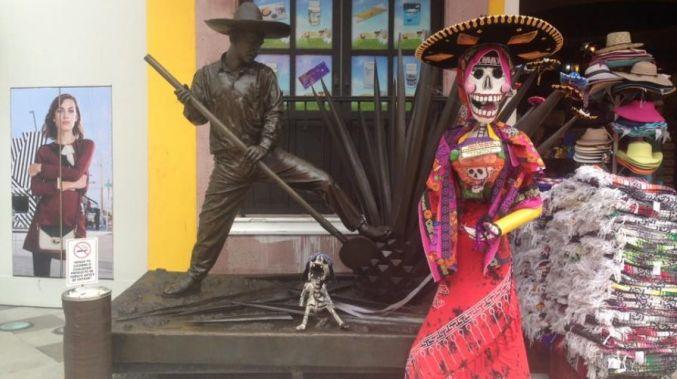 immagine di scheletro messicano con vestito rosso e occhi dipinti per l'articolo praticare yoga a playa del carmen
