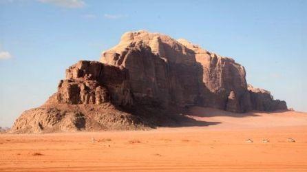roccia nella sabbia rossa del wadi rum