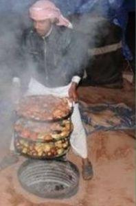 beduino che sta cucinando lo zarb