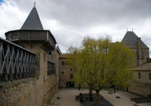 giardino interno del castello di comtal