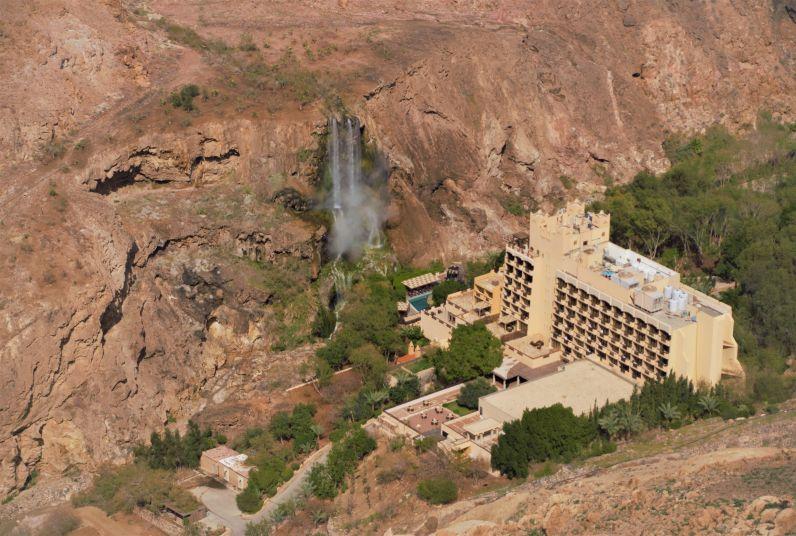 hotel con cascata vicino al mare