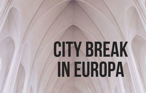 Titolo articolo City break in Europa con immagine di chiesa all'interno con mura bianche