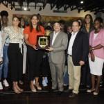 Prisilla Rivera recibe reconocimiento por su brillante carrera