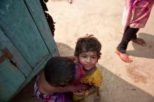 Jugando a los colores cerca de Hampi, Tamil Nadu