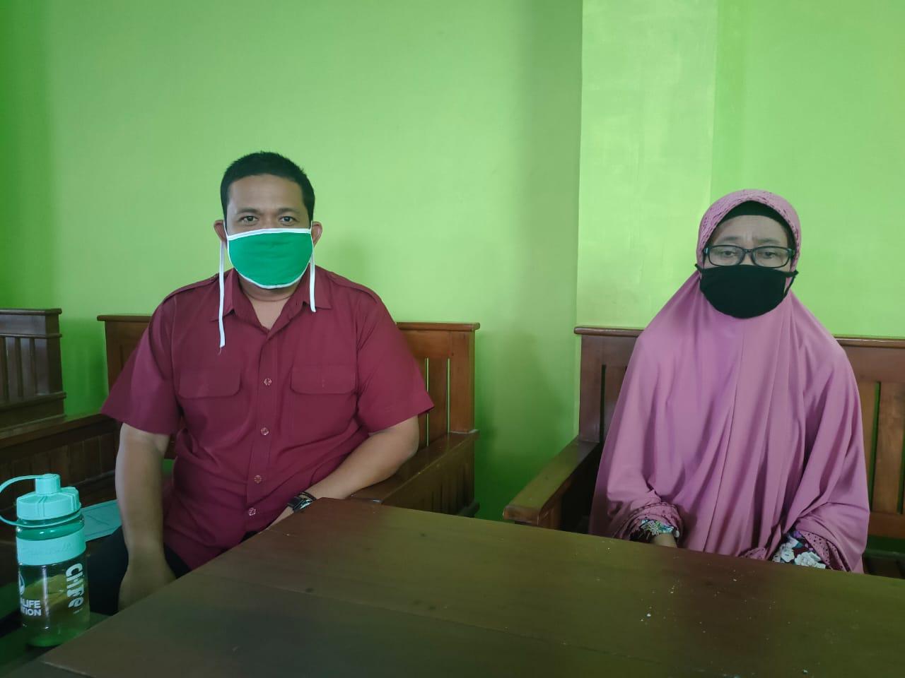 Ketua DPC PKB Pacitan, Fibi Irawan bersama Tokoh Muslimat NU Pacitan