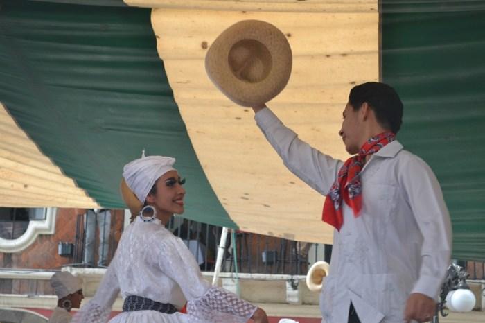 メキシコダンスコンテスト女性をリードする男子1の写真