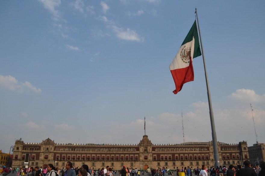 メキシコシティ・ソカロ広場と国旗の写真