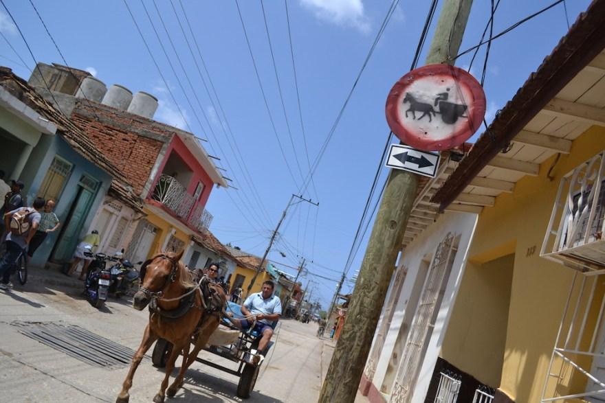 キューバ・トリニダーの馬車と馬車の道路標識の写真