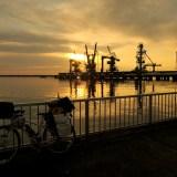 自転車日本一周青森八戸港の夜明けの写真