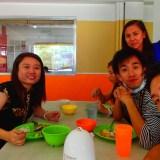 先生達と食事してる写真