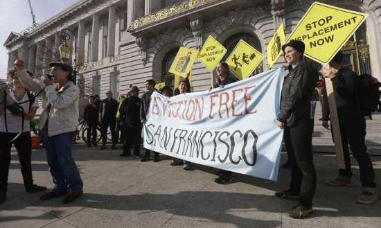 Les manifestants dénoncent les augmentations de loyers dans le centre de San Francisco.