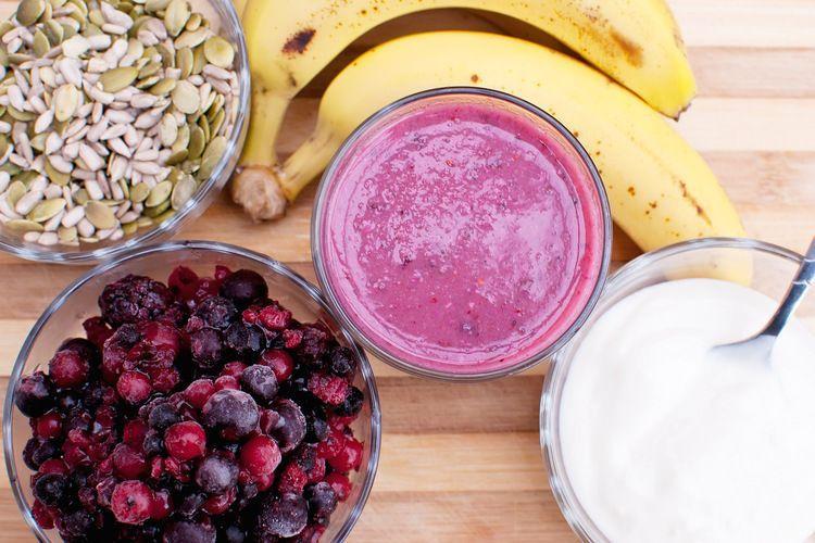 Ontbijt smoothie met rood fruit, banaan en zaden
