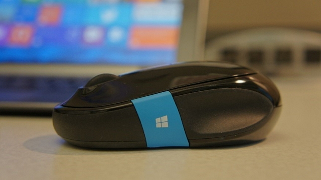 Sculpt Comfort Mouse side view with blue strip (Windows key) 640_wide