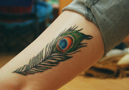 A-peacock-feather-tattoo-on-the-leg-showing-off-the-eye-of-the-peacock-feather1