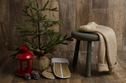 holiday prop guide DIY baby photo session mini setup pinecone red lantern green stool barnboard floor gold sparkle knit sweater pants