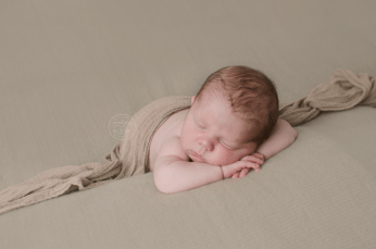 newborn-photos-ottawa-asher-fuzzy-tan-beige-blanket-sleeping-baby-dolly-priss-wrap-4963
