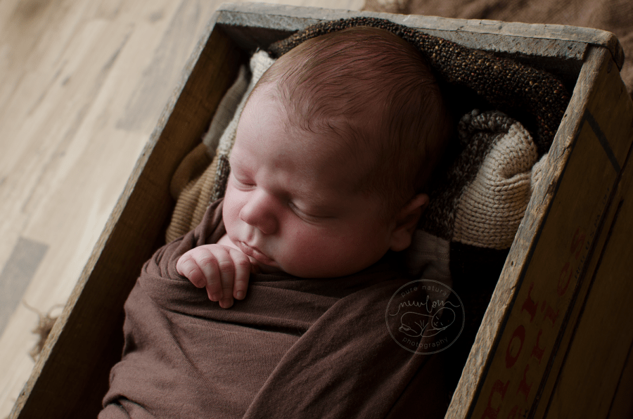 newborn-photos-ottawa-asher-wood-crate-brown-quilt-blanket-sleeping-baby-4915