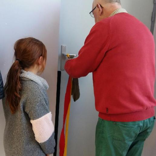 Apprendra à tresser les bandes de tissu qu'on accroche à une clinche de porte pour plus de facilité