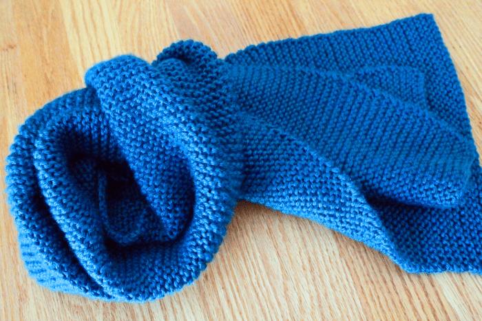 Simple garter stitch scarf easy beginner scarf knitting pattern by Liz @PurlsAndPixels