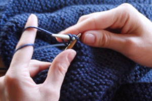 How to bind off knitting, taking stitches off knitting needles, Step 2