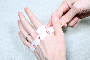 Measuring glove size, knitwear size chart, how to measure hand for mittens from PurlsAndPixels