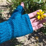 Simple fingerless glove knitting pattern in all sizes by Liz Chandler @PurlsAnd Pixels.