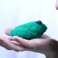 Little frog knitting pattern, free from Liz Chandler @PurlsAndPixels