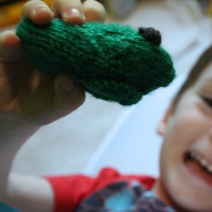 Little knit frog toy, free knitting pattern from @PurlsAndPixels
