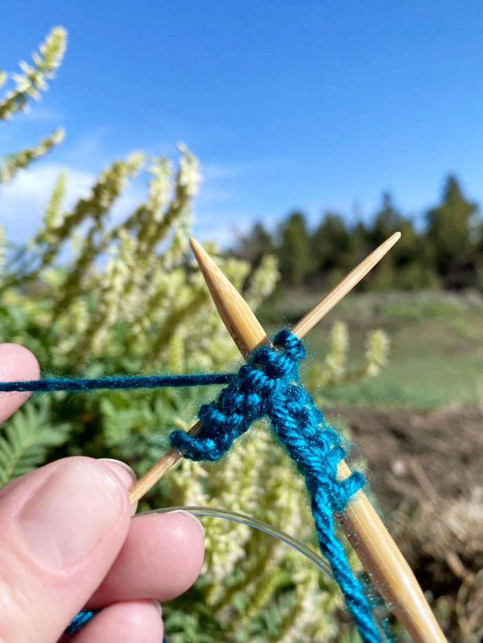 Learn to switch needle sizes when making a flat knit - a knitting lesson with Liz @PurlsAndPixels.