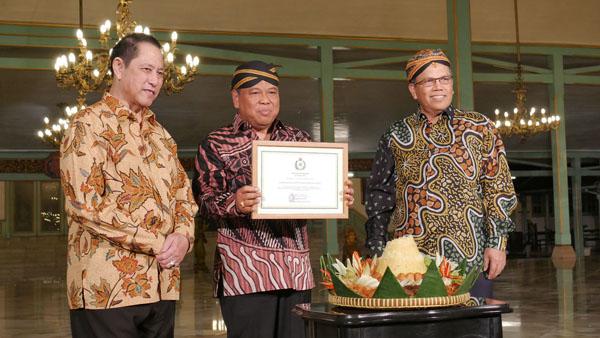 Sri Paduka Mangkunegoro IX menyerahkan penghargaan dan terima kasih kepada Ketua delegasi MKRI
