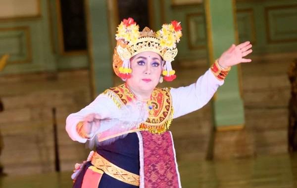 Maestro Tari Ayu Bulantrisna-Djelantik menampilkan tari Joget Pingitan