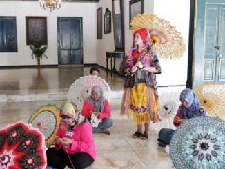 GRAj. Ancillasura Marina Sudjiwo mengenakan kostum Bohemian Nusawastra karya Dian Oerip