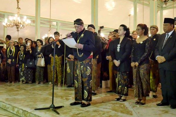 Sri Paduka Mangkunagoro IX melepas rombongan Kirab Pusaka 1 Suro
