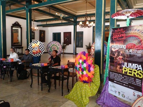 Suasana jumpa pers Festival Payung Indonesia 2017, Prangwedanan Puro Mangkunegaran (8-09-2017)