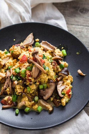 Scrambled Tofu with mushrooms, chives and tomatoes. The vegan scrambled egg alternative. Recipe on Purple Avocado
