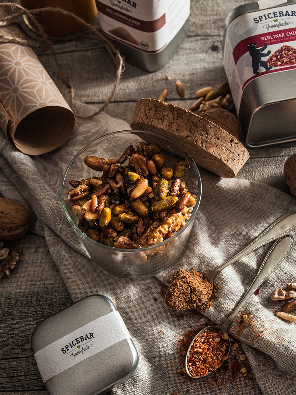 The result of Spicebar's Nut Challenge is a nifty recipe for caramelized spiced nuts with curry and cinnamon which are perfect as a gift. Well, given you don't eat them all by yourself. Recipe is on Purple Avocado.