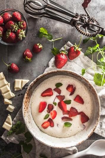 Nur 4 Zutaten braucht man für diese himmlisch leichte und erfrischende Aquafaba Quark Mousse mit weißer Schokode und frischen Erdbeeren. Das perfekte Sommerrezept für den schnellen Genuss. Rezept und Foodfotografie von Purple Avocado / Sabrina Dietz