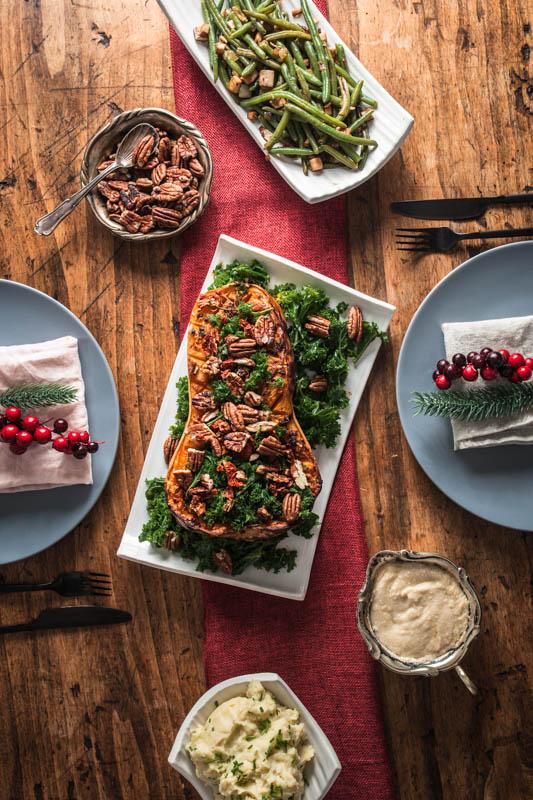 Gefüllter Kürbis mit Grünkohl, Pekannüssen, getrockneten Tomaten und einer Mandelmus Sauce. #vegan #rezept #weihnachten #feiertage #herbst #winter #grünkohl #foodstyling #food #photography