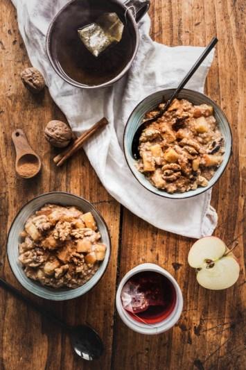 Rezept für wärmendes Bratapfel Porridge mit viel Zimt und Honig. Ein Winterfrühstück für die knackig kalten Tage. #rezept #winter #haferbrei #oatmeal #foodstyling #foodphotograhpy