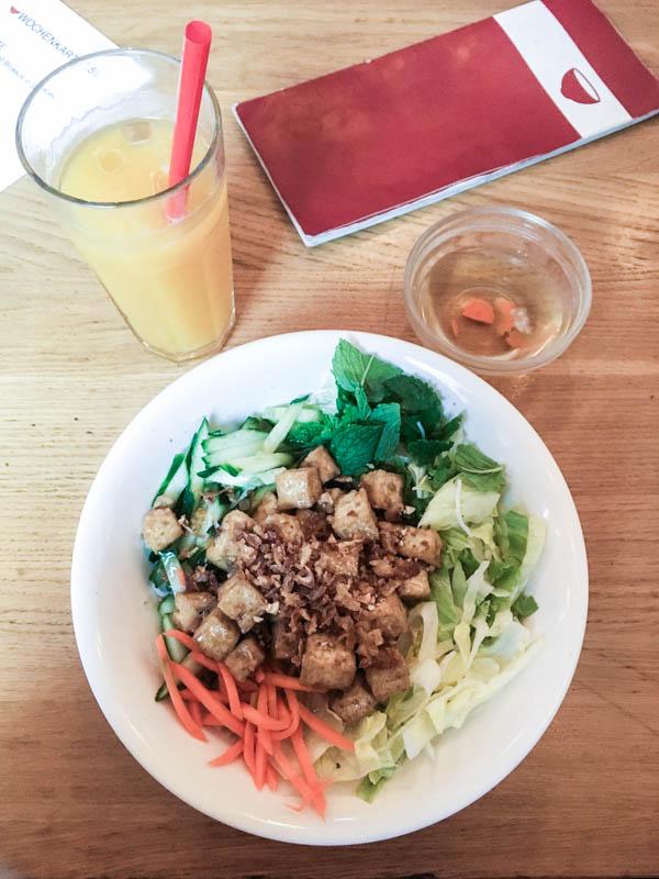 Noch mehr Glasnudelsalat mit Tofu. Eines meiner Liebslingsgerichte im Quan Do.
