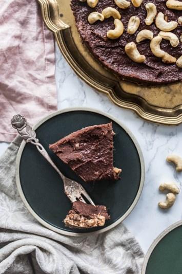 Rezept für no-bake Schokoladenkuchen mit Erdnussbutter und Cashewnüssen. Rohvegan, ohne extra Zucker und Mehl. #rohvegan #vegan #vegetarisch #nobake #backen