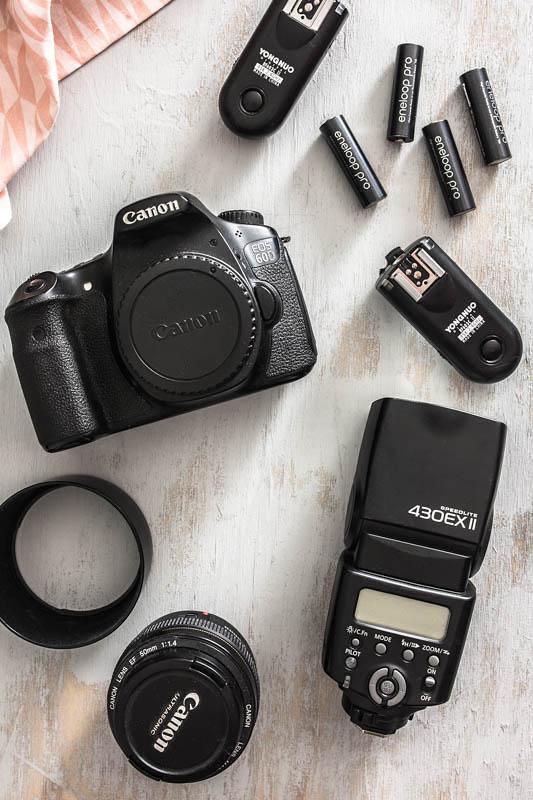 Eine Canon Spiegelreflex, Speedlite, 50mm Objektiv und Funkauslöser