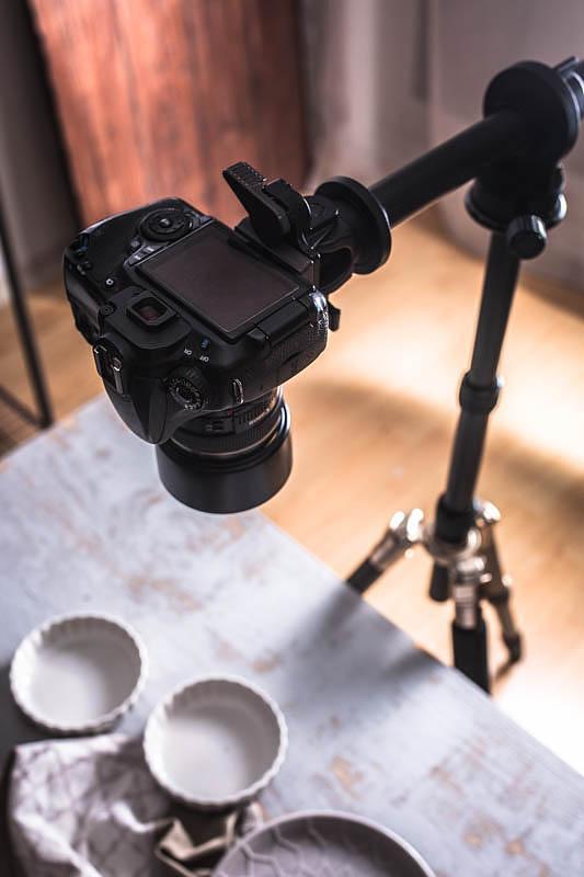 Kamera auf Stativ mit Auslegearm für die Food Fotografie