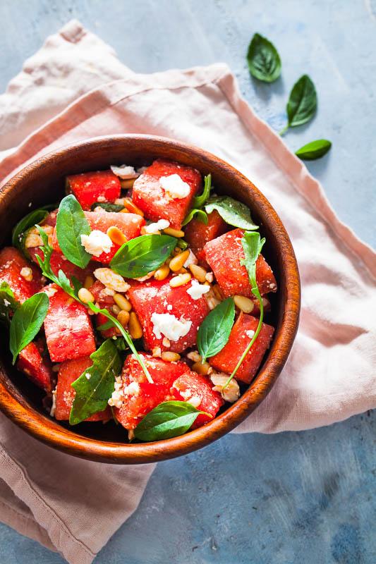 Melonensalat mit Feta, Basilikum, Rucola, Pinienkernen und Balsamico