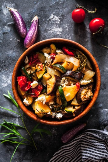 Warmer Antipasti Auberginensalat mit Zucchini, Kartoffeln und Feta.
