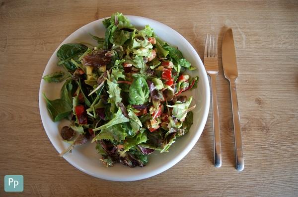 Leckerer Shaking Salad angerichtet auf dem Teller.