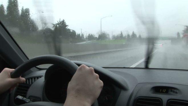 Jangan Remehkan Ini Saat Mengemudi di Cuaca Hujan